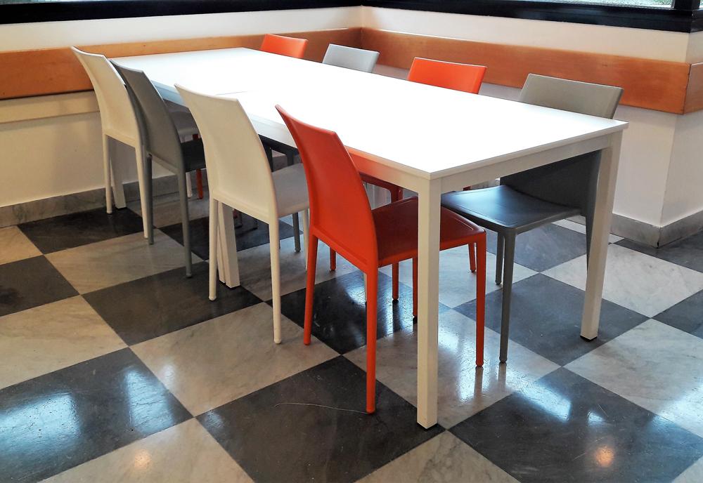 Sedie impilabili plastica belca for Sedie moderne grigie